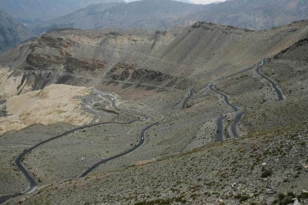नाकोतून समदू या गावापर्यंत घेऊन जाणारा उताराचा रस्ता.
