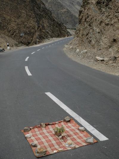शेजारच्या गावातली वरात अडवण्यासाठी रस्त्यावर झोपलेले कामगार