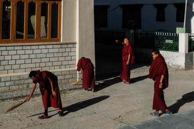 मॉनेस्ट्रीमध्ये साफसफाई करणारे बौद्ध भिख्खू